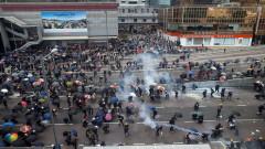 Водни оръдия и сълзотворен газ срещу протестиращите в Хонконг