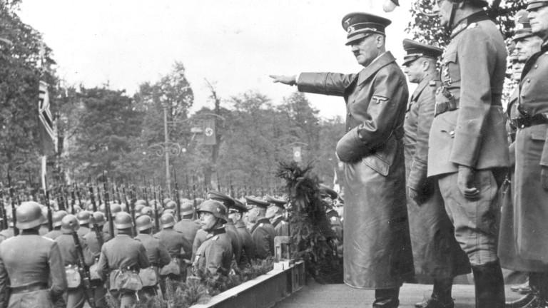 Германската полиция издирва Адолф Хитлер на мотор с кош