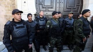 Десетки екстремисти атакуваха казарми в Тунис