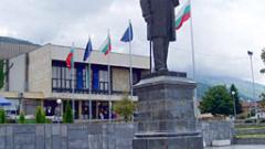 Запорираха паметника на Иван Вазов в Сопот