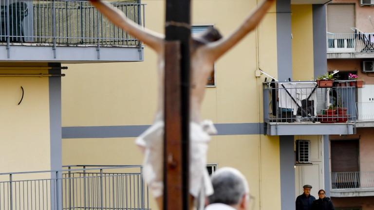 Италиански свещеник, който даде респиратор на непознат по-млад пациент с