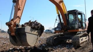 Кмет и жители на село Ездимирци спряха багер да копае край домовете им