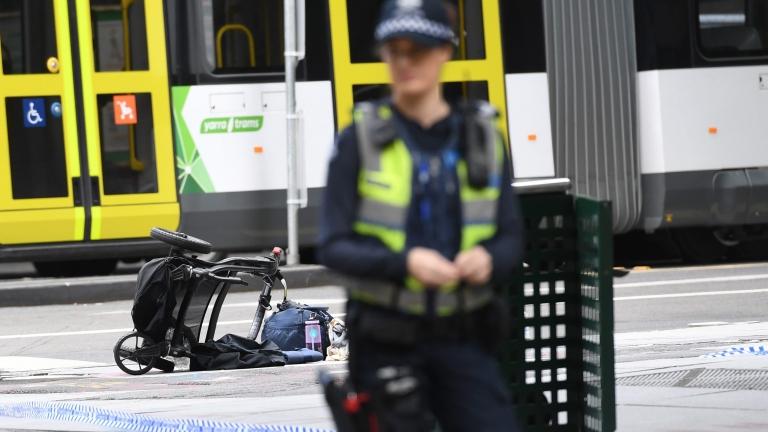 Малък самолет се разби в търговски център в Мелбърн
