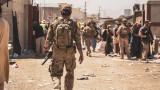 Жертви и ранени при две експлозии на летището в Кабул