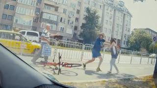 Велосипедист и пешеходка се сбиха на столичен булевард