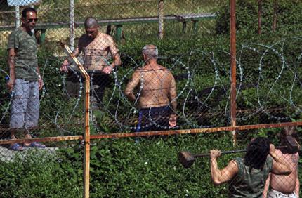В затворите ни пълно с телефони