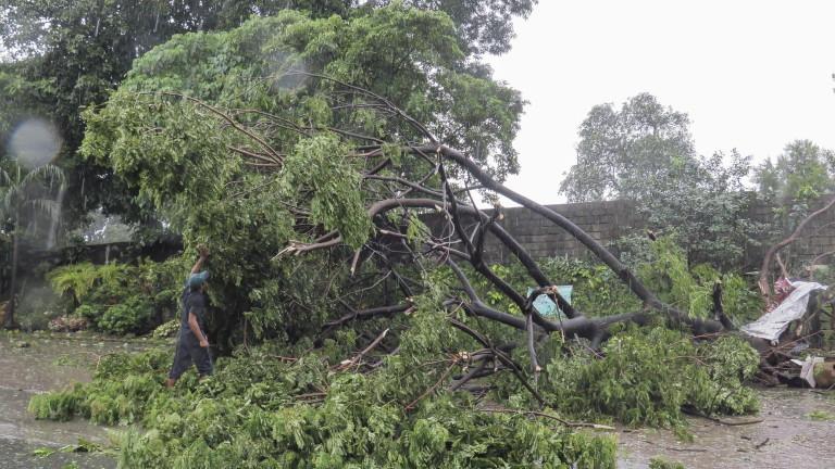 Най-малко две са жертвите на мощния тайфун