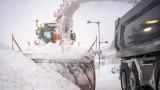 """Закъсали в снега камиони затрудняват трафика към """"Лесово"""""""