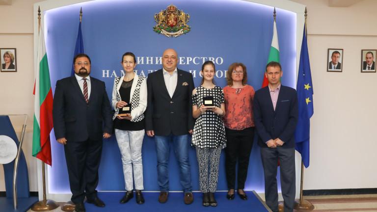 Министър Кралев награди шампионката от Европейското училищно първенство по шахмат Петя Краиванова