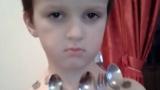Момче – магнит стана интернет звезда (ВИДЕО)