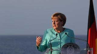 Меркел настоя турците в страната да бъдат лоялни на Германия