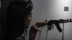 Русия обучава учениците да сглобяват Калашников
