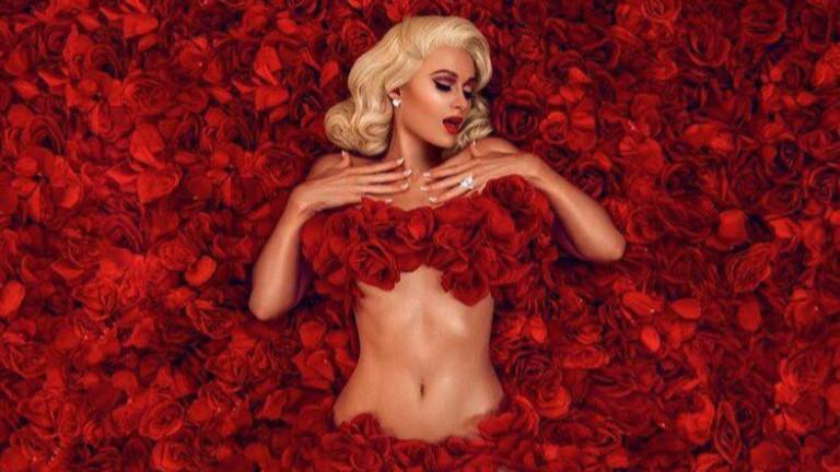 Сгодената Парис Хилтън отпразнува Свети Валентин с нова песен, озаглавена
