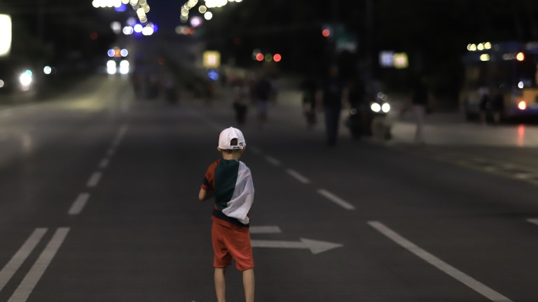 С факелно шествие и спокойно премина 32-ият ден на протести