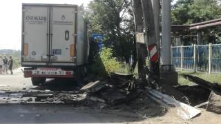"ТИР се бутна в естакада на ""Брикел"" край Гълъбово"