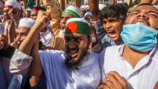 Десетки хиляди горят плакати с Макрон в Бангладеш и Индонезия