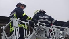 Пожарникари спасиха баба, останала заключена в апартамента си