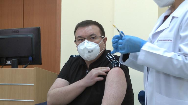 Костадин Ангелов: Политически мераклии и социални лешояди ни атакуват за ваксините
