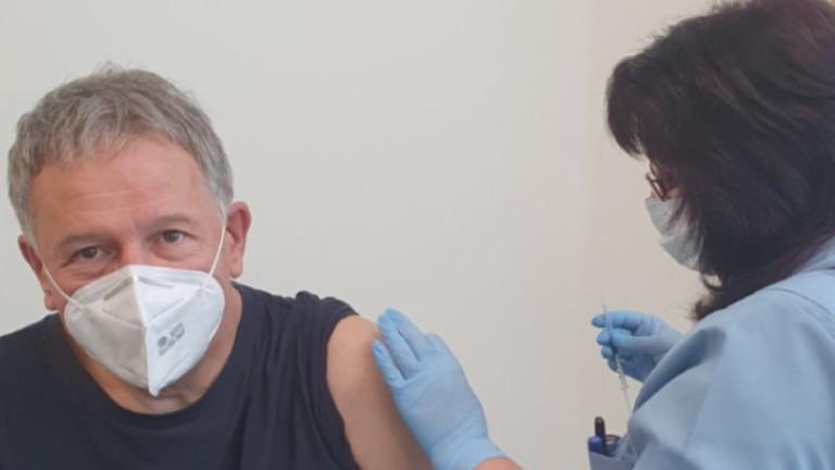 Здравният министър се ваксинира срещу COVID-19