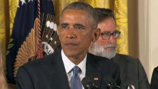 През сълзи Обама отправи послание към търговците на оръжия и републиканците
