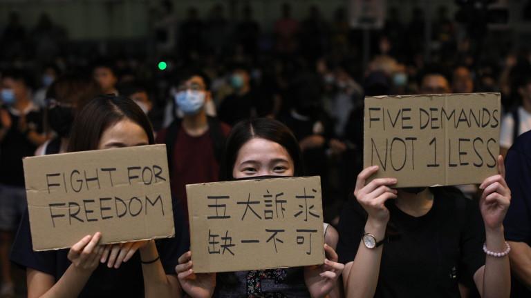 Нови демонстрации в Хонконг, управителят блокиран от протестиращи по време на среща