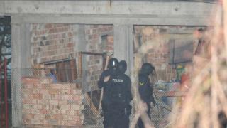 Мъж с въздушна пушка  пак се барикадира в Горна баня