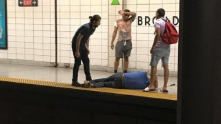 Спасиха сляп мъж в метрото на Торонто