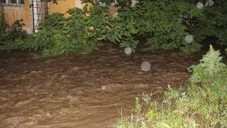 Пороите наводниха Казанлък, свлачище затрупа коли в Габрово