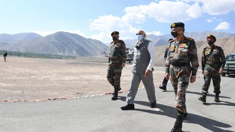 Премиерът на Индия Нарендра Моди направи изненадващо посещение, за да