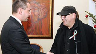 И Герт Хоф с трикольор в съпричастие с медиците ни в Либия