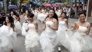 Вижте какво прави една китайска булка за пари (ВИДЕО 18+)