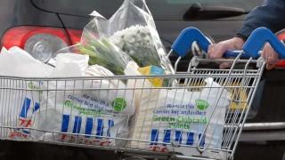 Великобритания удвоява таксата върху найлоновите торбички