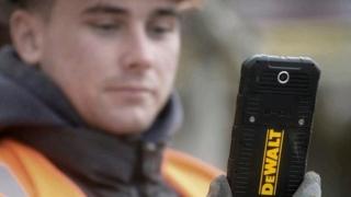 Нов смартфон, създаден за строители, оцелява след падане от 2 метра