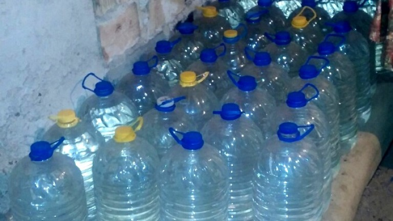 Откриха 100 л нелегален алкохол в къща край Сливен