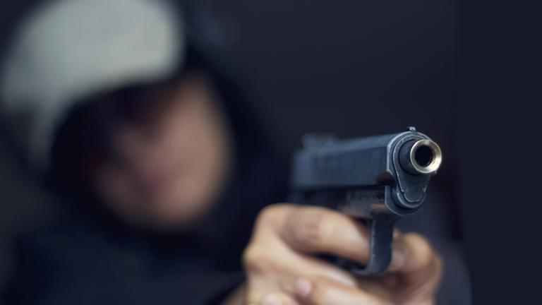 Бензинджия обезвреди въоръжен нападател