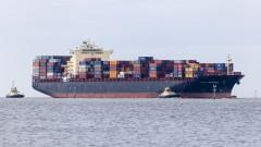 Канада евакуира 16 души от горящия контейнеровоз