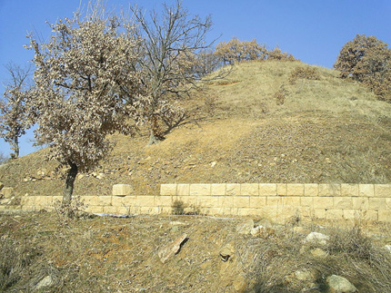 Руши се уникалният тракийски храм край Старосел