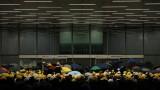Протестиращи нахлуха и окупираха парламента на Хонконг