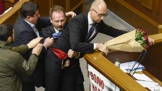 Меле във Върховната рада, изнасят Яценюк от трибуната