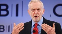 Британската кралица да се извини за офшорките, намекна Джереми Корбин