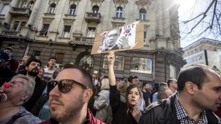 Сръбският президент Вучич успя да напусне сградата на президентството