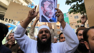 Макрон разяснява на мюсюлманите, че не може да забрани карикатурите на Мохамед