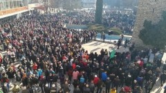 Хиляди излязоха на площада в Ботевград в подкрепа на кмета Гавалюгов
