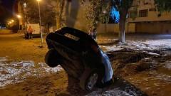 Кола пропадна в огромна дупка в Пловдив