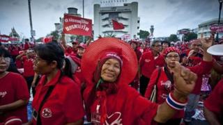 Демонстранти в червени фланелки заляха Банкок