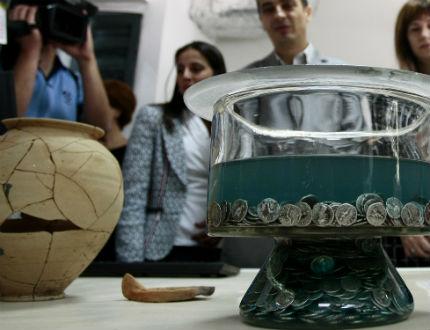"""Монетно съкровище от 2976 сребърни денара откриха под пл. """"Света Неделя"""""""