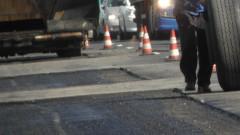 Асфалтират улици по време на порой в Добрич