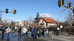 """Жителите на """"Овча купел"""" на протест заради пропаднал ремонт"""