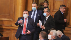 Здравният министър скастри депутатите, че не носят маски