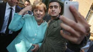 Съдят Facebook заради селфи на бежанец с Меркел